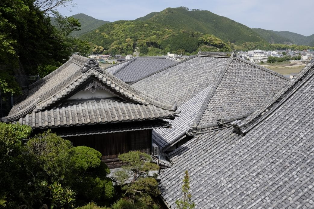 Temple roofs at Yakuō-ji