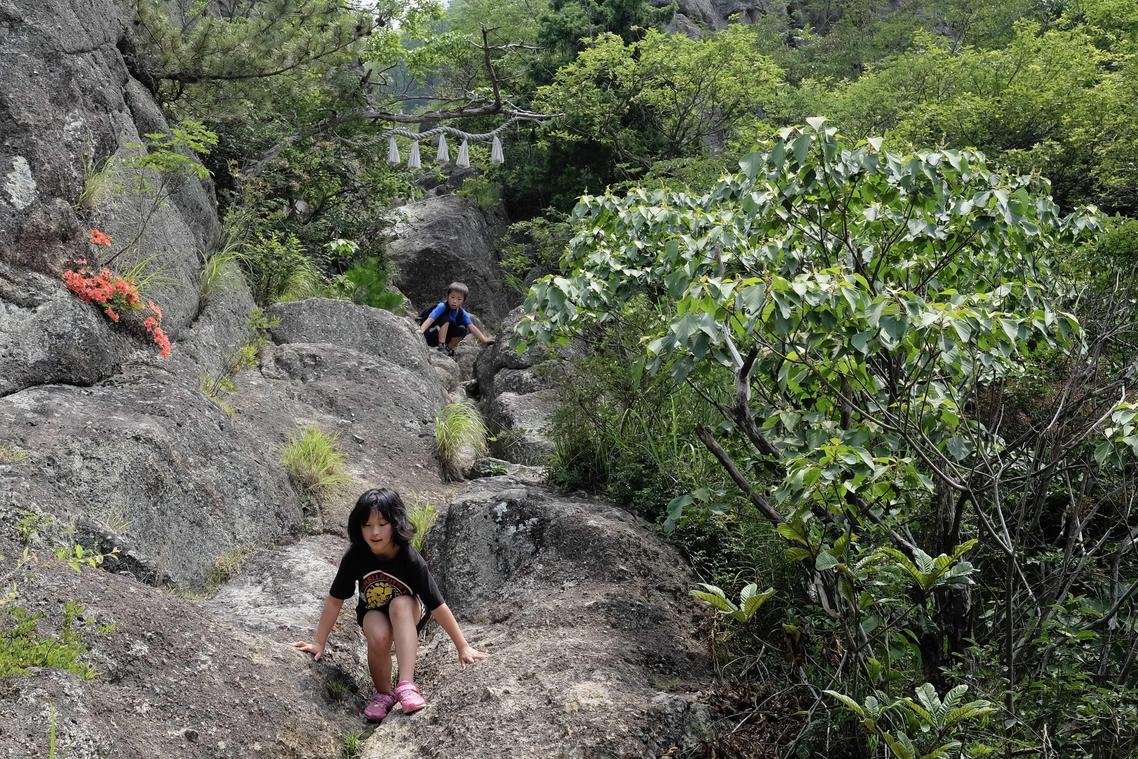 Kids climbing Shashingadake Zenjo