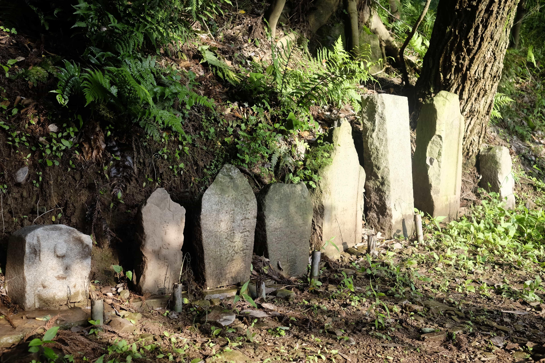 Henro headstones